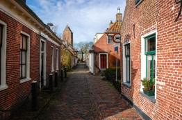 Dit straatje in Garnwerd is naar verluidt het smalste straatje van Nederland dat voor auto's toegankelijk is