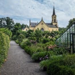 Kasteeltuin van kasteel Neerijnen en de Hervormde Kerk