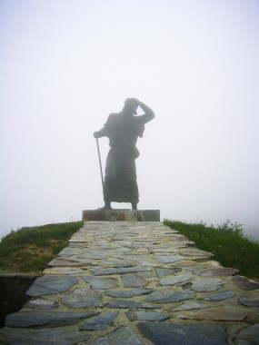 Pelgrimsstandbeeld op de Alto de San Roque