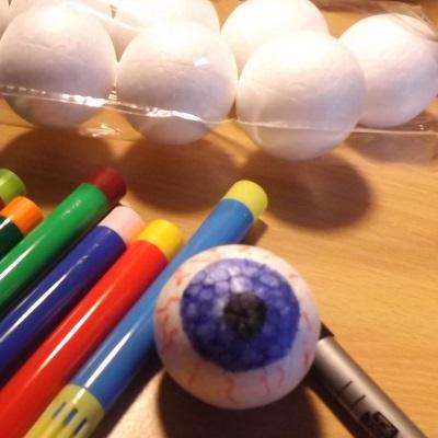 diy-halloween-wreath-eyeball-2