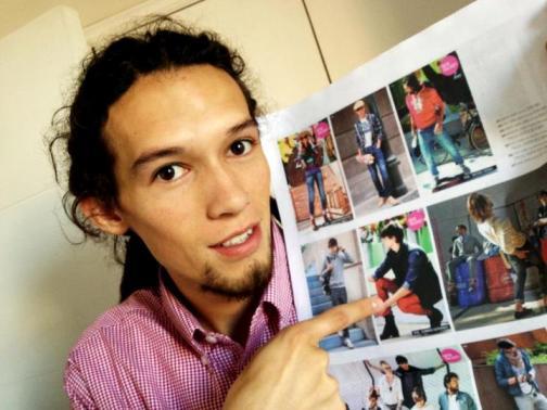 Edward muestra su foto en el catálogo.