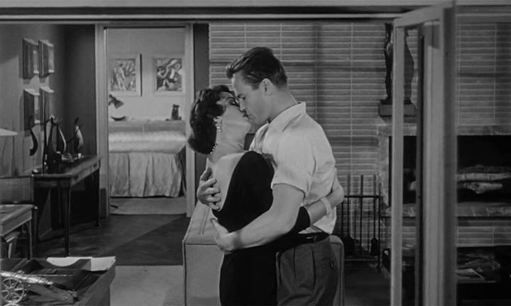 El Beso Mortal (Kiss Me Deadly). Robert Aldrich 1955. Beso con la secretaria.