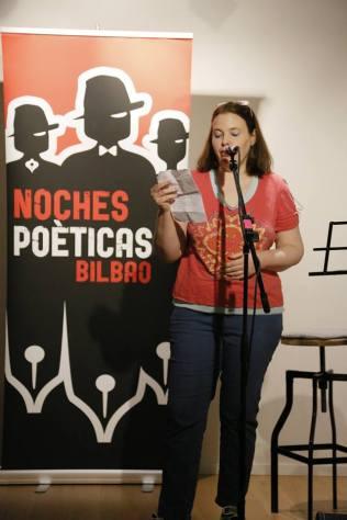 Amaia Villa recitando en Noches Poéticas.