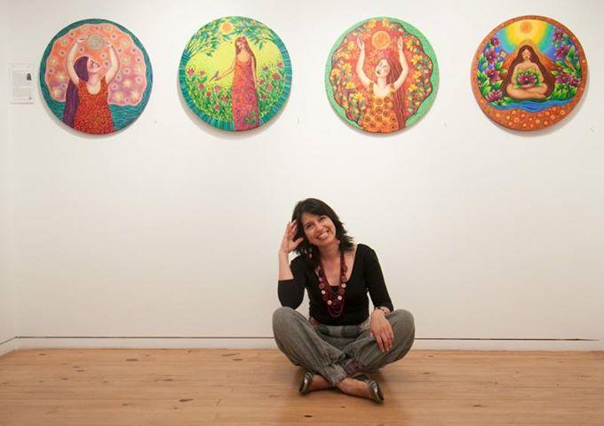 Sonia Koch en una exposición de sus pinturas.
