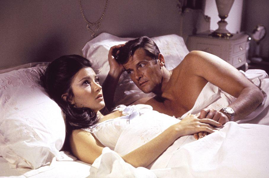 Roger Moore y Jane Seymour en Vive y deja Morir.