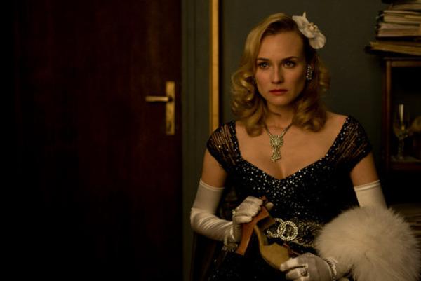 Bridget con un elegante vestido negro y joyas de la colección privada de Anna Sheppard.