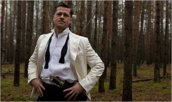 Aldo Raine engalanado con un esmoquin compuesto por una chaqueta blanca y pantalones negros, todo de Armani