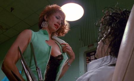 Joyce acorralando a Edward. Detalle de la seductora lencería.
