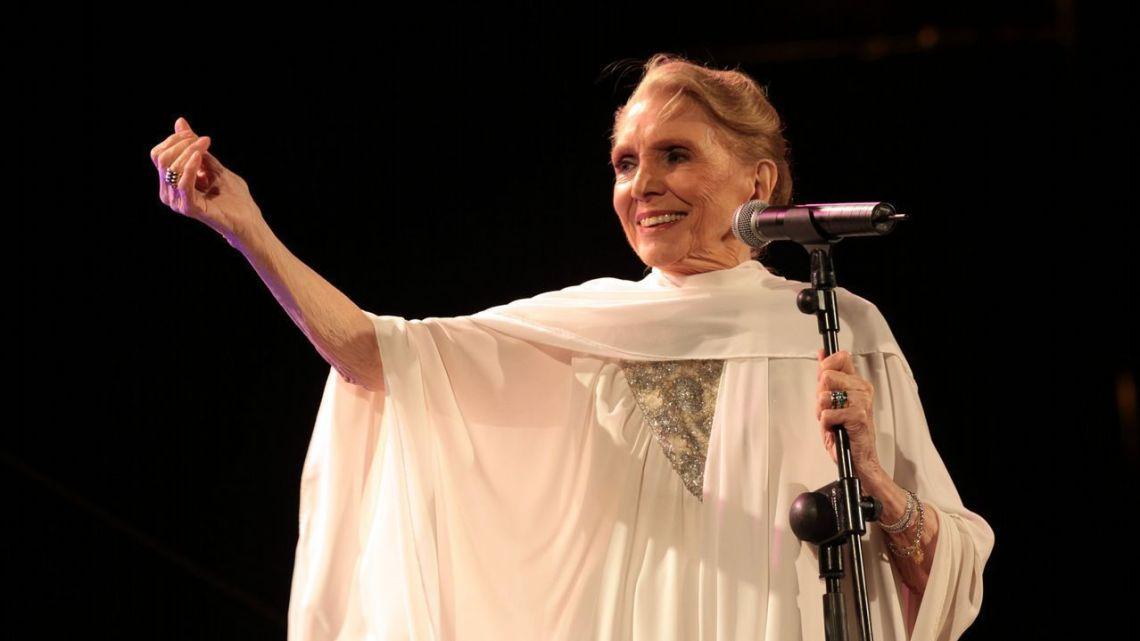 Hoy, En El Tocadiscos,  La flor de la canela, en homenaje a la gran dama de la canción, María Dolores Pradera 1