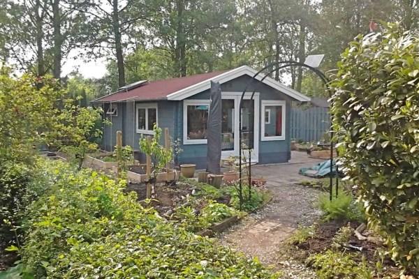 tuinhuis_blauw_met_wit_verf