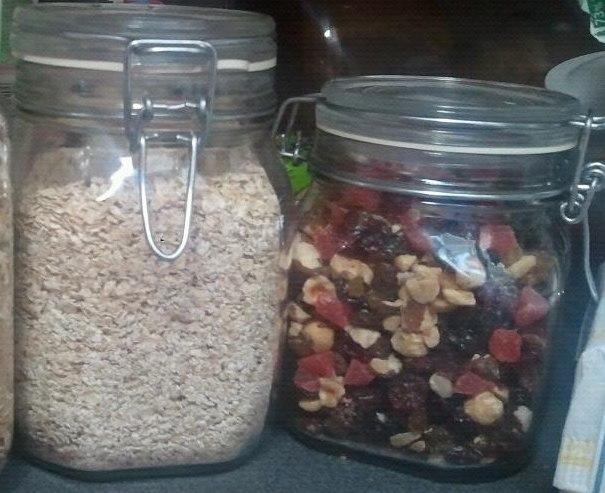 U levoj posudi držim ovsene mekinje, a u desnu ubacim suvo voće pomešano sa bademima, lešnicima, pa samo zagrabim
