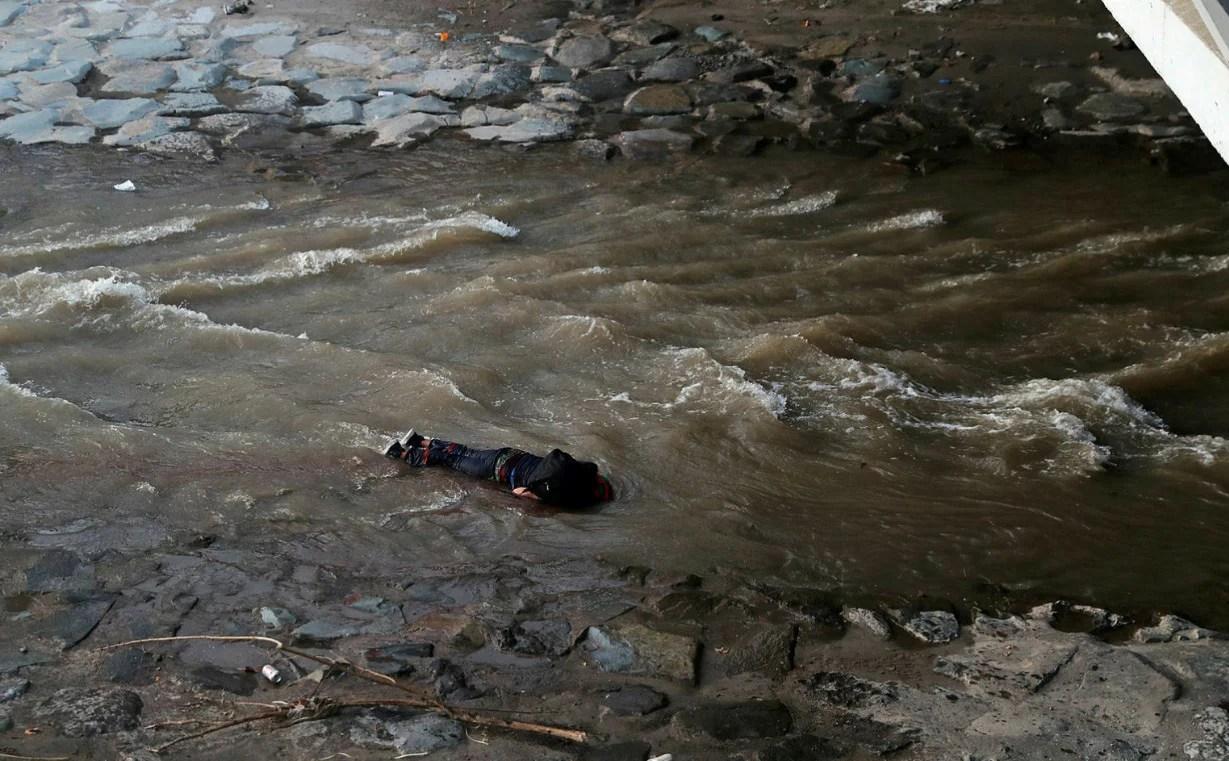 Chile: Video muestra a Carabinero empujando a un joven desde un puente durante manifestación