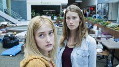 De izquierda a derecha, Alex Copeland (Gus Birney) y su madre, Eve Copeland (Alyssa Sutherland) quedan atrapadas en un supermercado cuando una niebla misteriosa invade el pueblo en el que viven