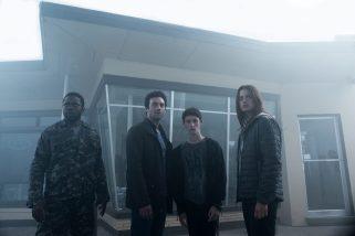 De izquierda a derecha: Bryan Hunt (Okezie Morro), Kevin Copeland (Morgan Spector), Adrian Garf (Russell Posner) y Mia Lambert (Danica Curcic) se unen cuando una misteriosa niebla llega a un pequeño pueblo y cambia la realidad de sus residentes, además de poner su humanidad a prueba