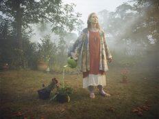 Frances Conroy es 'Nathalie Raven' una mártir y profeta ecológica con poco conocimiento y mucha fe