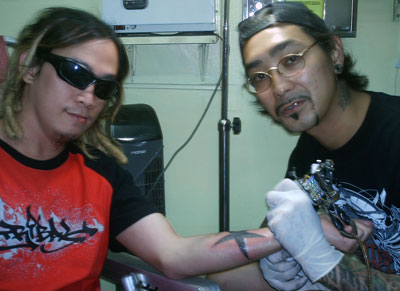 one-of-the-well-known-tattoo-artist-in-manila-alexander-cabaluna-getting-tattooed-by-luigi.jpg