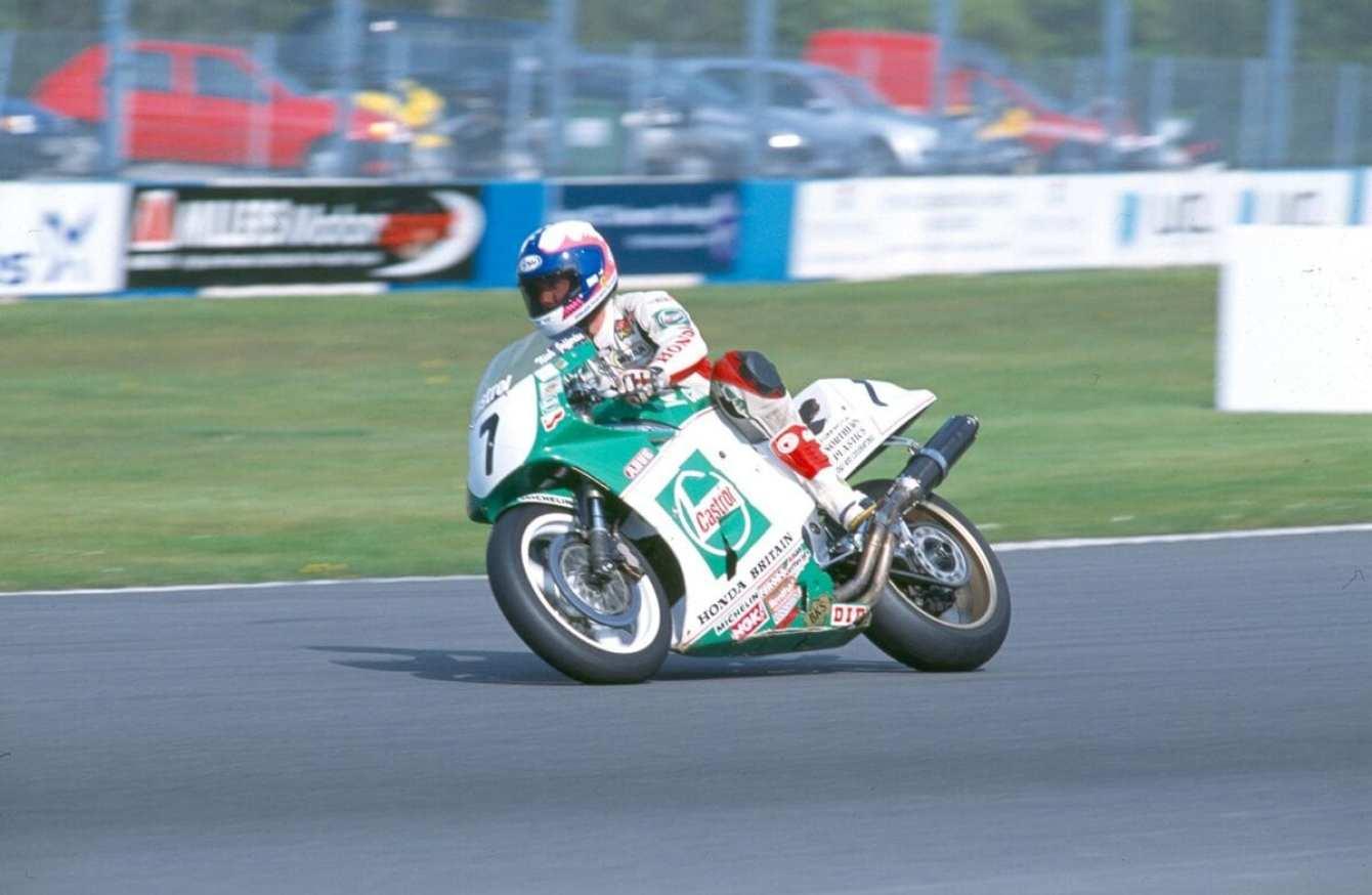 Nick-Jefferies-in-short-circuit-action-on-his-TT-winning-Honda-RC30.-Credit---Mortons-Archive