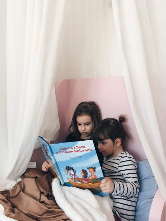 Djeca čitaju priču na krevetu