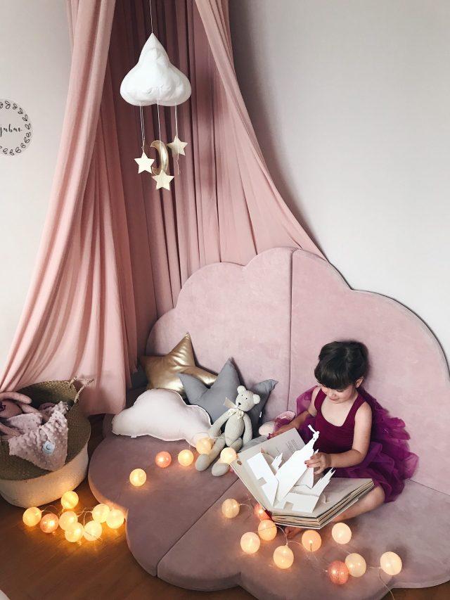 dijete čita knjigu uz lampice