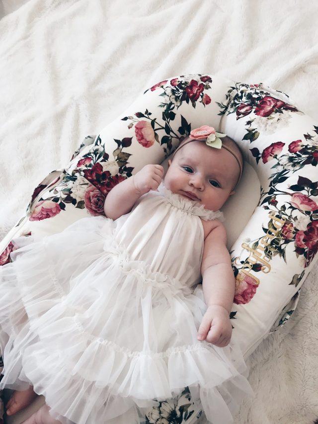 beba u haljini za krstenje