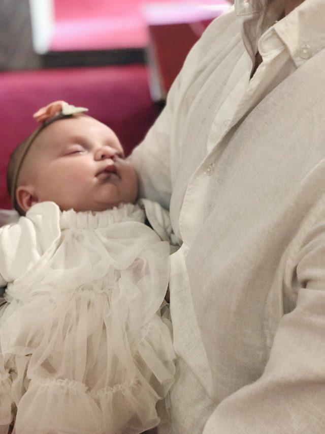 beba spava u crkvi