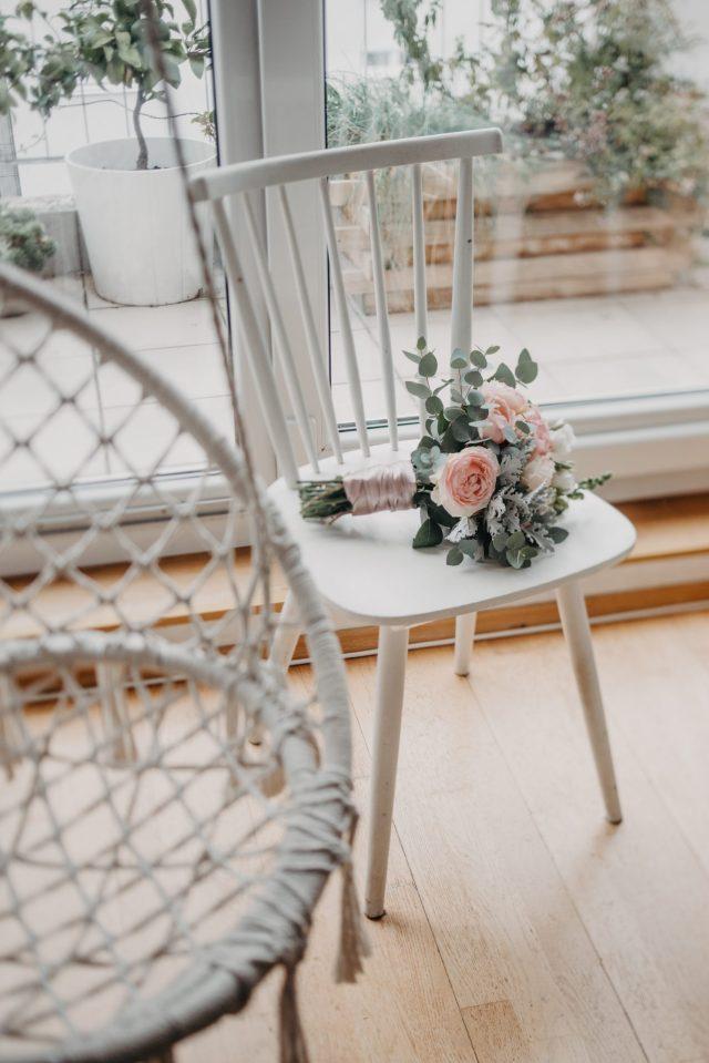 svadbeni buket eukaliptus na bijeloj stolici