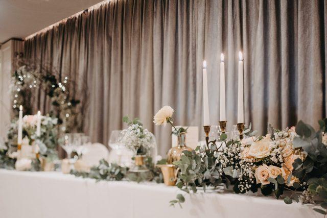 Dekoracija sale za vjenčanje eukaliptusom stol za mladence