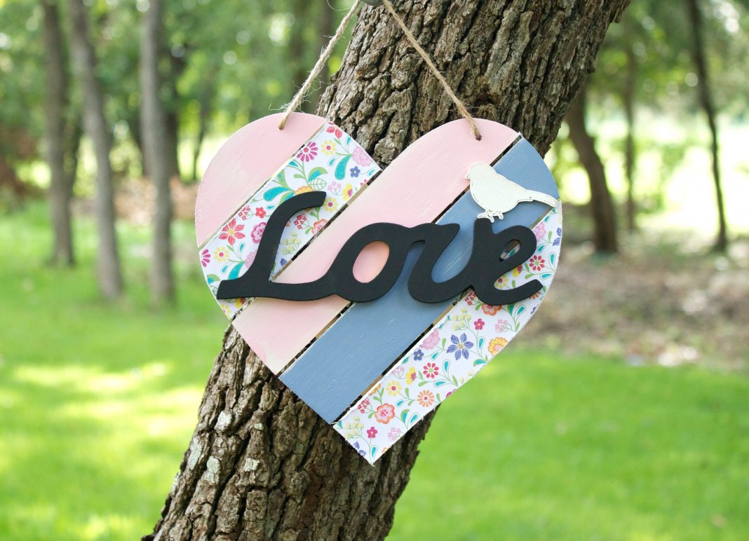 Make a shabby chic heart and learn my secret to making paint crackle! This pretty piece of decor is a fun way to make your own distressed decor.