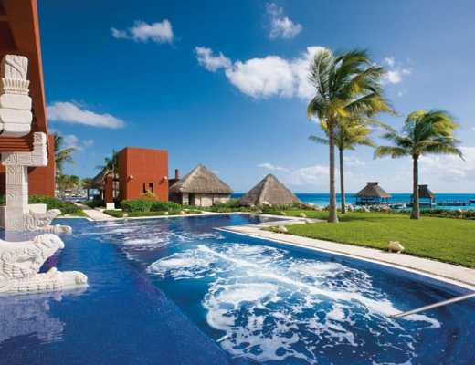 Therapeutic saltwater pool at the Thalasso Center & Spa