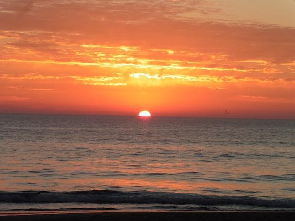 Enjoying yet another La Barrosa Sunset (Credit: Leggin It)