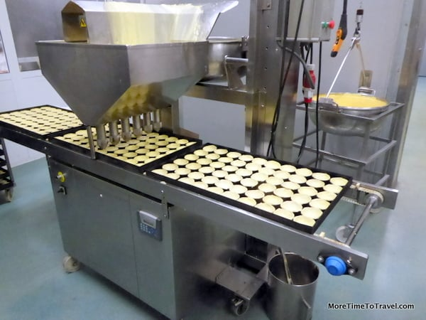 Machine that fills the pastry shells with custard