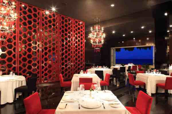 Piaf at Grand Velas Riviera Maya transports guests to the Parisian luxury of the 1940s with stunning curtains of Swarovski crystals and designer lighting (Photo credit: Velas Resorts)