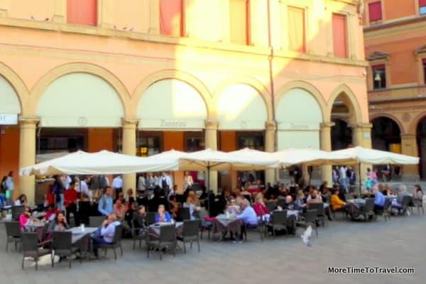 Aperitivo time at Zanarini in Bologna