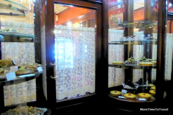 Modest stop window at Pasticceria Andrea Ascalone in Galatina