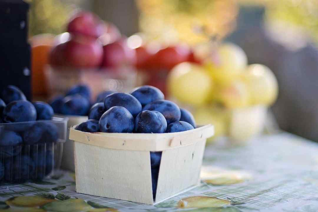 Fresh plums at a farmers market (credit: Pixabay)