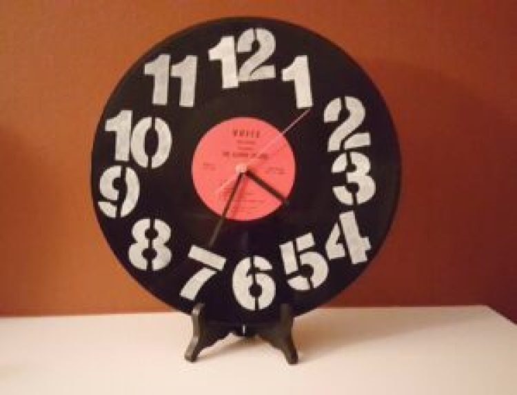 Make this cool DIY retro clock from an old vinyl record. Follow the step by step directions and turn an old record into a fun clock.