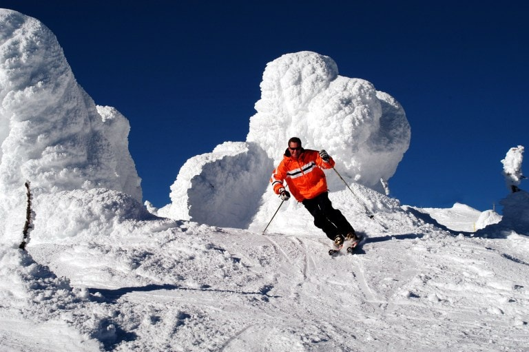 Are you looking for the best places to learn to ski and snowboard in and near California? We found several highly rated locations.