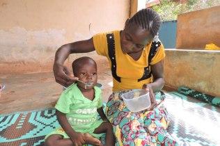 Une maman nourrit son enfan