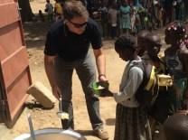 M. Gabriel Migy, Président de Morija, distribuant les premiers repas à la nouvelle cantine de Yagma