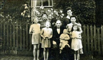 Group photo of William Dove and family at Middleton, Leeds