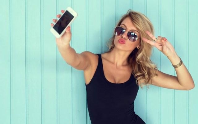 women clicking selfie instagram