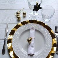 La tavola di Capodanno in black&gold: 3 idee per un segnaposto elegante e chic