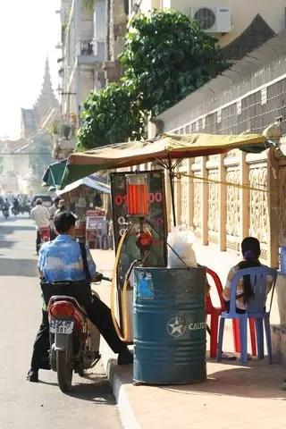 03_07_PhnomPhen_Tankstelle