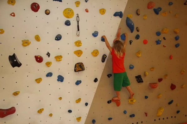 Nino beim Bouldern