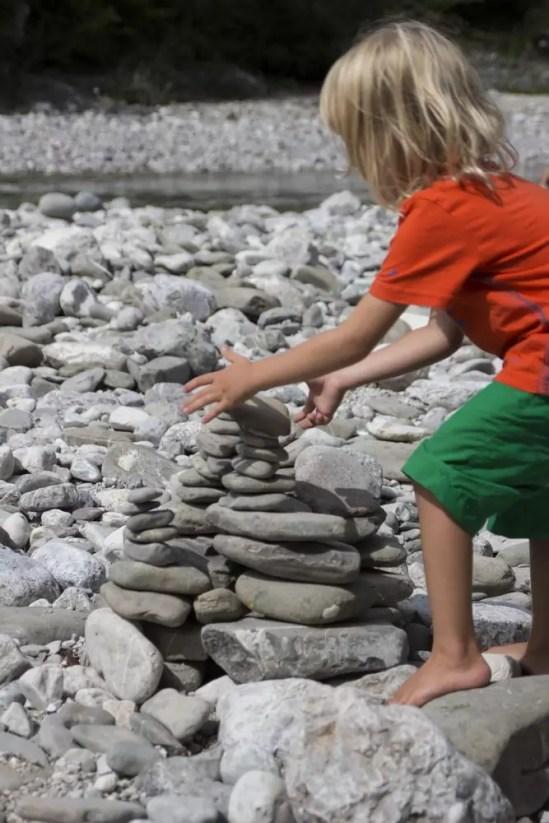 Nino beim Steinmanderlbauen