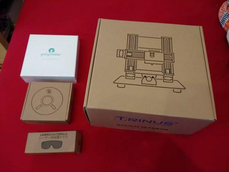 4 Schachtel zum Auspacken: 2x PLA-Material, die Laserschutzbrille und der Druckerbausatz
