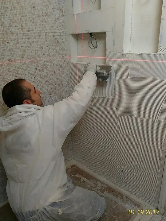 Posa mosaico 10 x 10 su parete nicchie Wedi