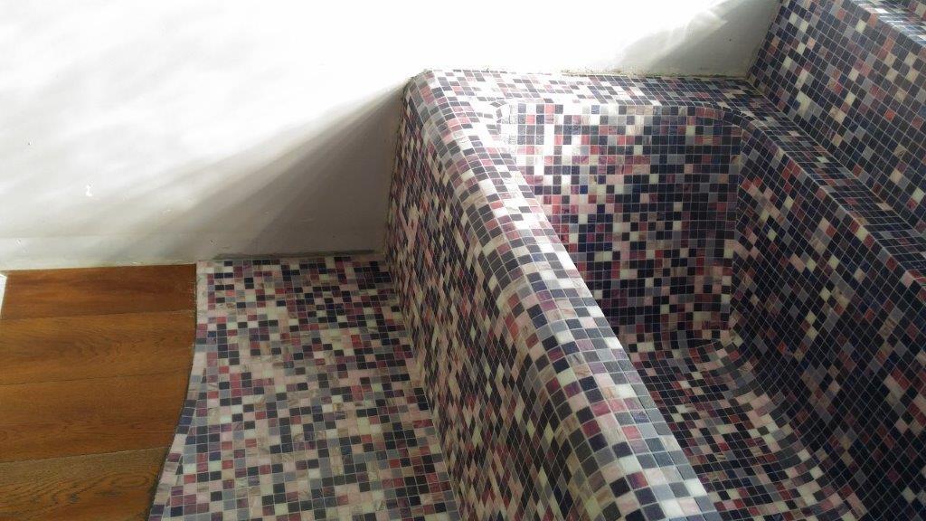 Vasca in muratura rivestita con mosaico Bisazza