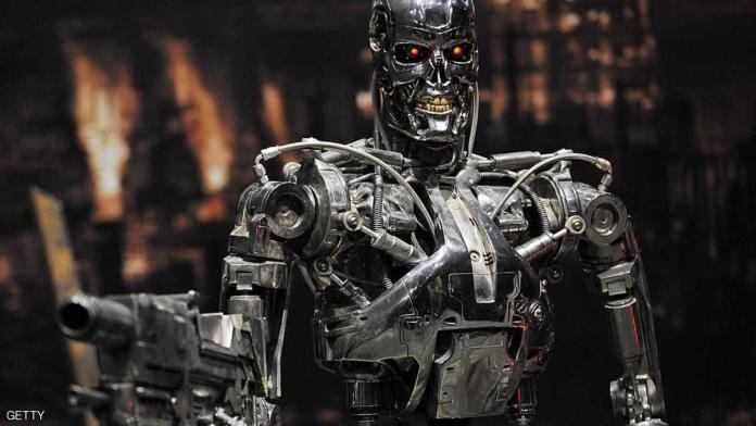 وقع 116 خبيرا في التكنولوجيا من 26 دولة عريضة تدعو الأمم المتحدة لحظر تطوير الروبوتات القاتلة واستخدامها وفرض قيود على الأسلحة الذاتية، وذلك بسبب المخاطر التي تشكله على حياة الإنسان في المستقبل. ومن بين موقعي العريضة، إيلون ماسك، وهو الرئيس التنفيذي لشركة تيسلا لصناعة السيارات الكهربائية وشركة سبيس إكس للصواريخ، ومصطفى سليمان أحد مؤسسي برمجية الذكاء الصناعي