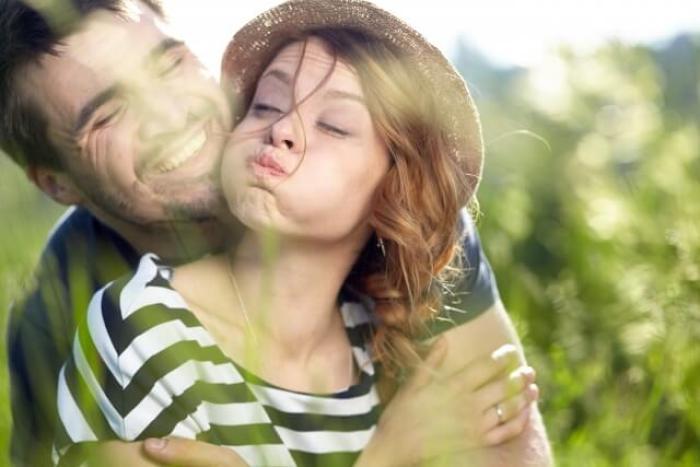 頬を膨らませてキスマークを付けないようにさせる女性と後ろから抱きしめる彼氏